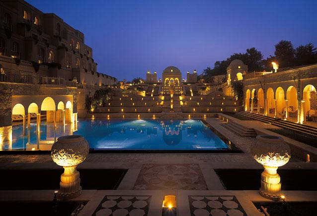 Etwa zwei Stunden mit dem Zug oder sechs Stunden auf der Straße von Neu Delhi entfernt befindet sich die Stadt Agra und das wohl größte Denkmal der Liebe - das Taj Mahal. Wer die Sehenswürdigkeit im indischen Bundesstaat Uttar Pradesh besucht und stillvoll übernachten möchte, der  sollte sich das Hotel The Oberoi Amarvilas ansehen